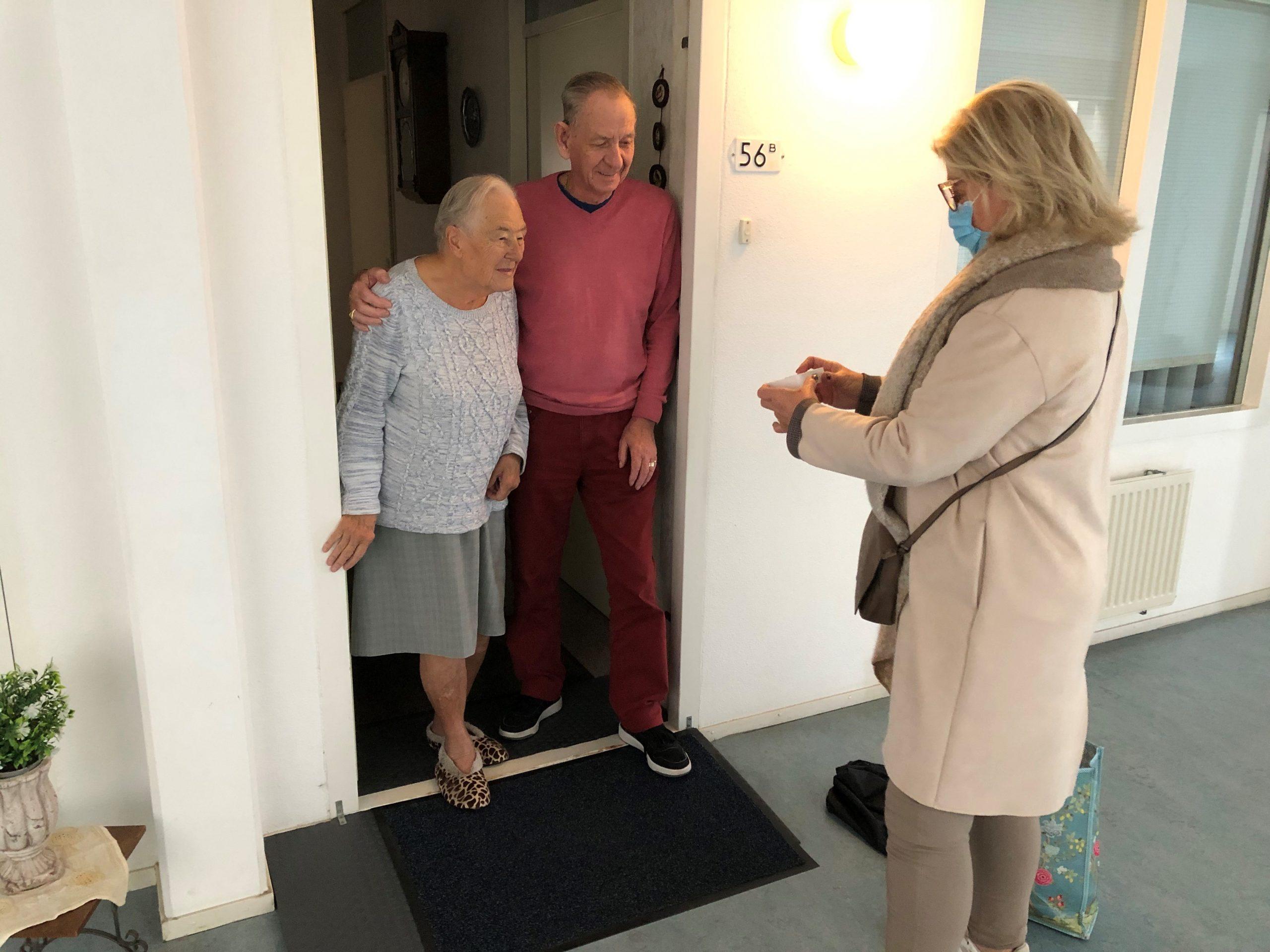 Overhandiging Behoeftelijn knop door Mieke Wigmans