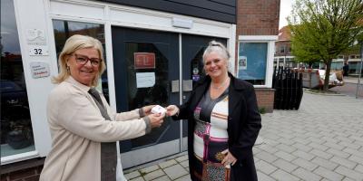 Mieke Wigmans overhandigt knop aan Ina Blans